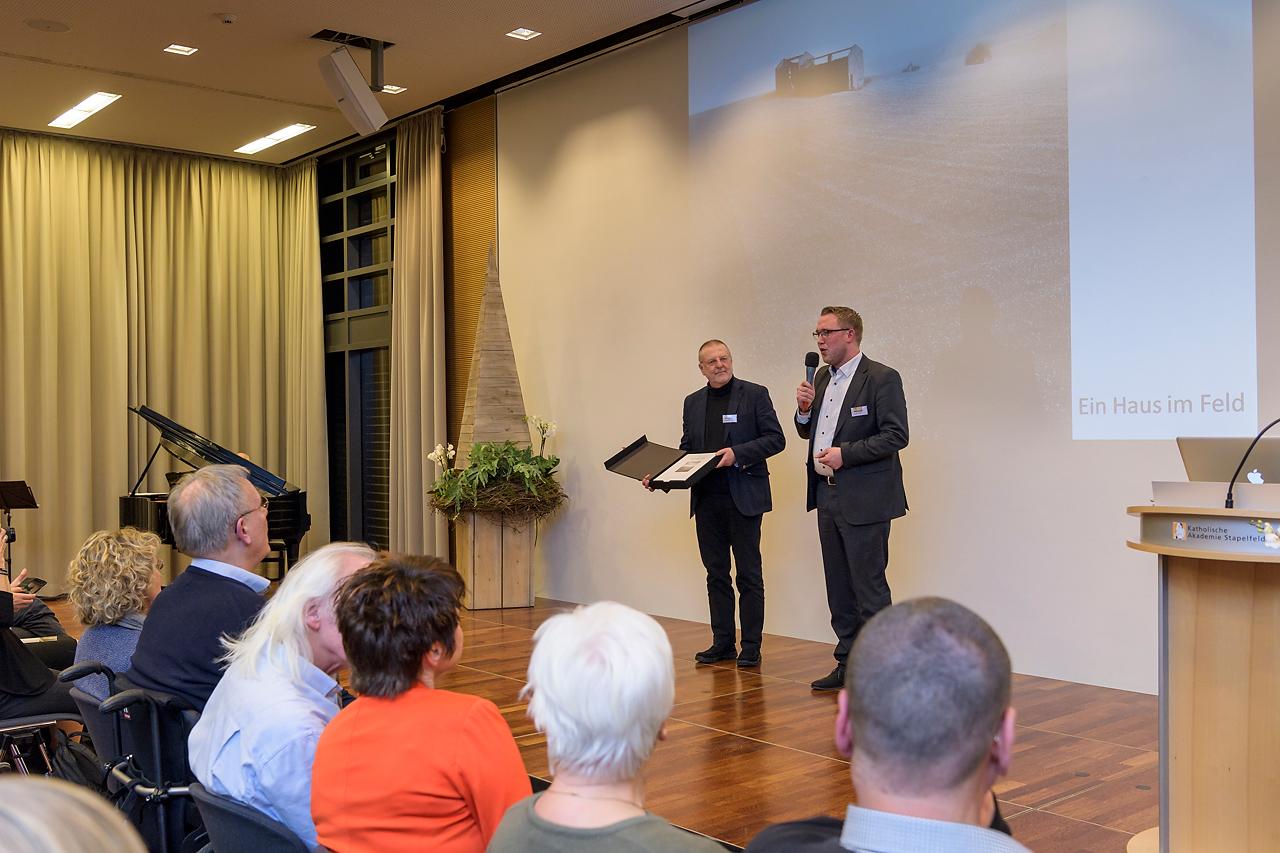 Bastian Freese aus dem Hause CEWE spricht ein Grußwort bei der Ausstellungseröffnung.