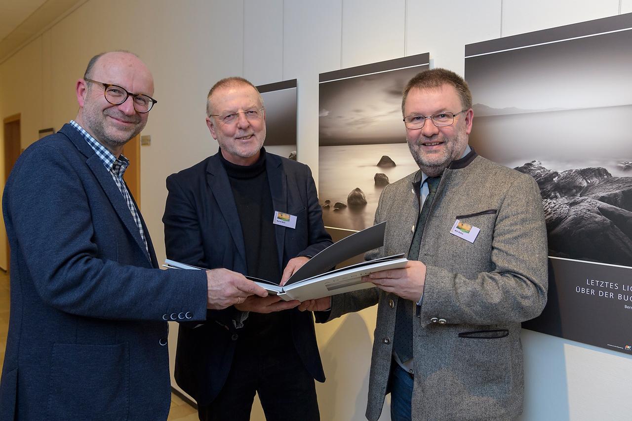 Martin Feltes und Willi Rolfes zeigten sich sehr erfreut über die Qualität der Fotoausstellung von Bernd Walz.