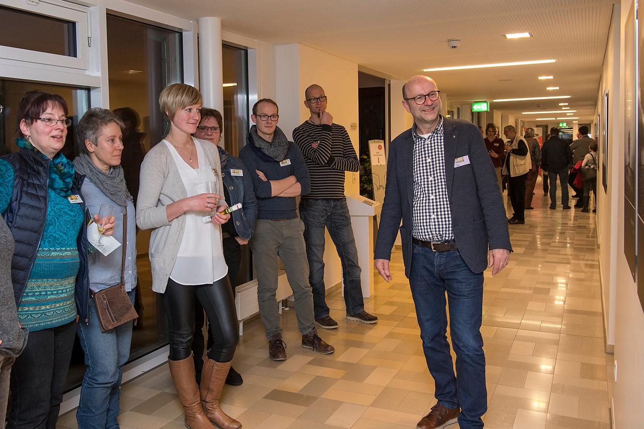 Unter fachkundiger Begleitung von Dr. Martin Feltes wurden die Bilder von den Besuchern erkundet.