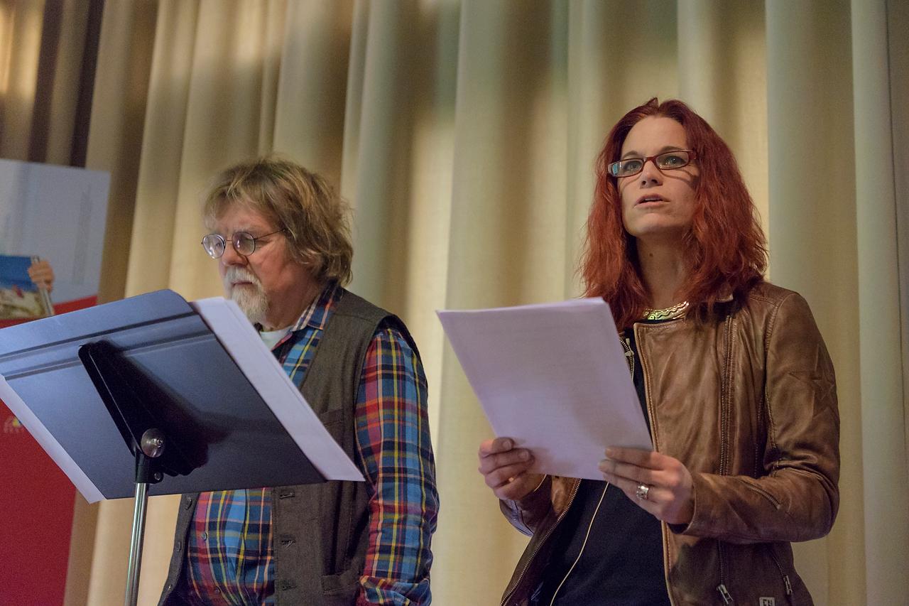 Dr. Heinrich Dickerhoff und Conny Sandvoß ergründeten die Baum-Bilder von Willi Rolfes mit poetischen Texten.
