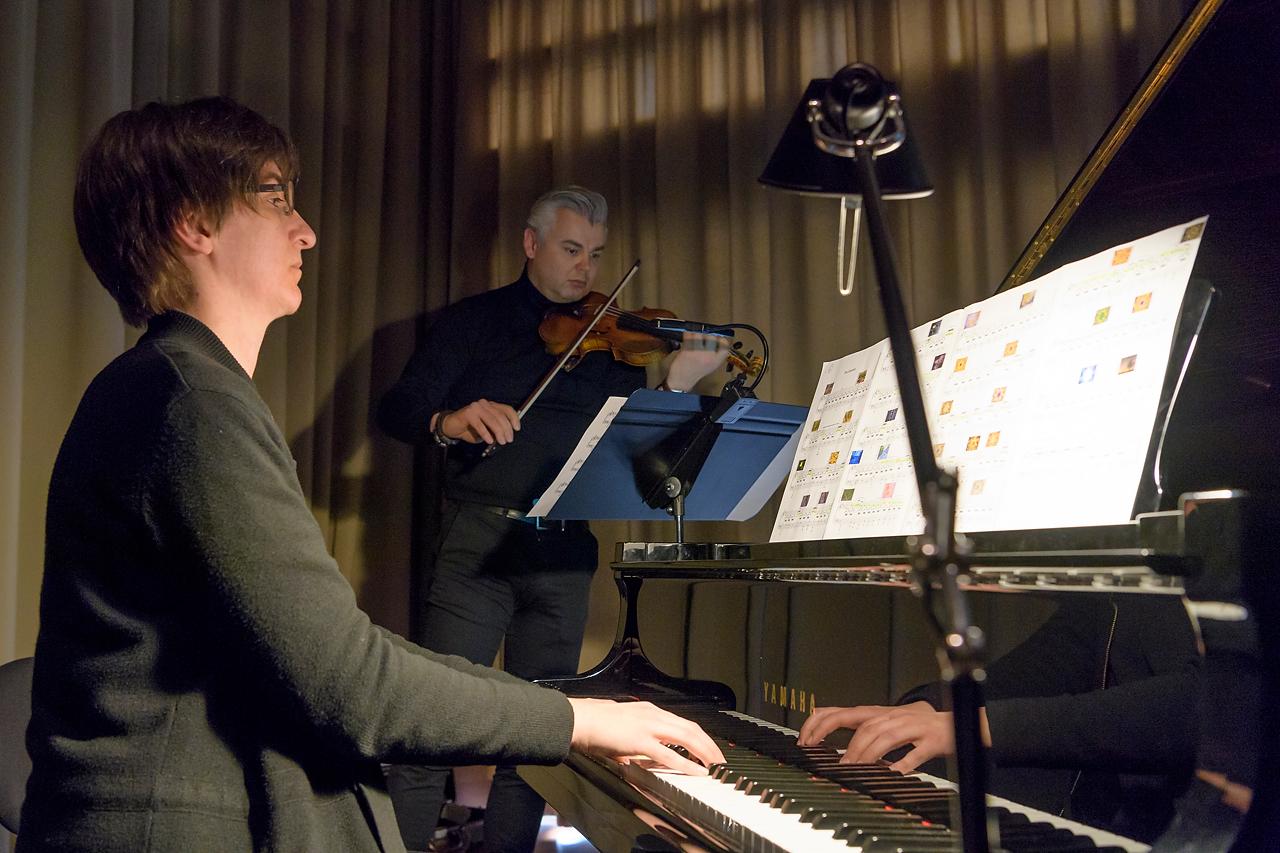Dr. Ulrike Kehrer (Flügel) und Arthur Mildner (Violine) spielten live zu den Baum-Bildern von Willi Rolfes.