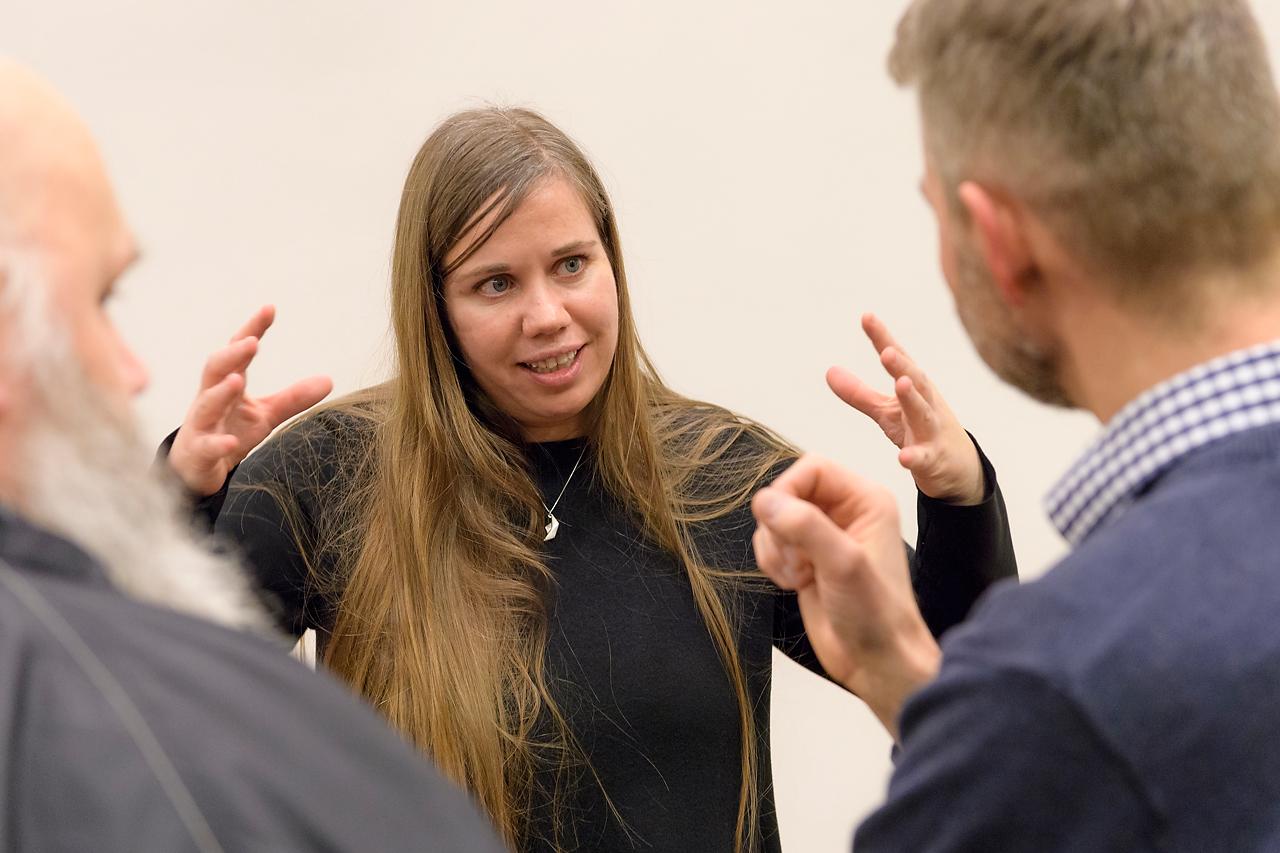 Sandra Bartocha im kreativen Austausch mit Teilnehmern.